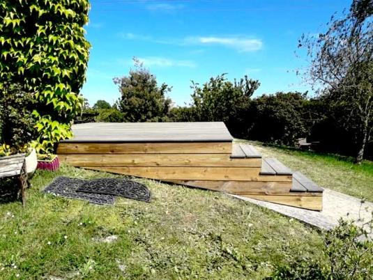 Terrasse composite plein coloris gris sur ossature bois épicéa classe 4