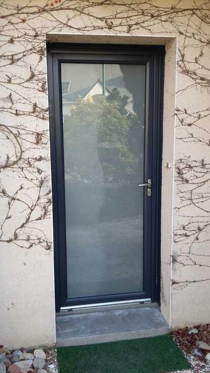 Porte d'entrée verre dépoli et entourage alu