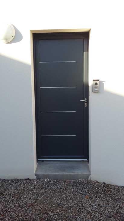 Porte d'entrée alu gris 7016 avec décor inox